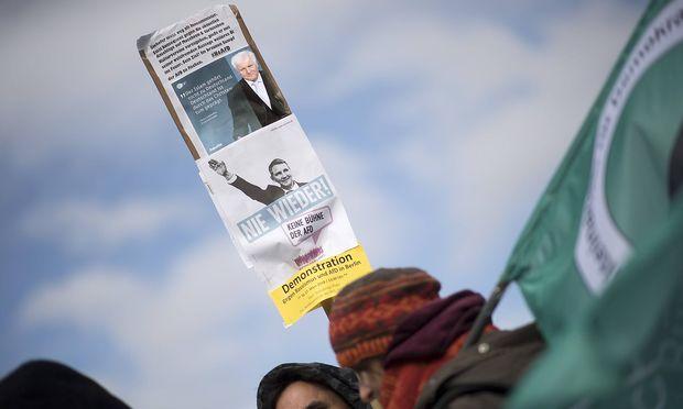Demonstranten kritisieren eine Äußerung von Innenminister Horst Seehofer.