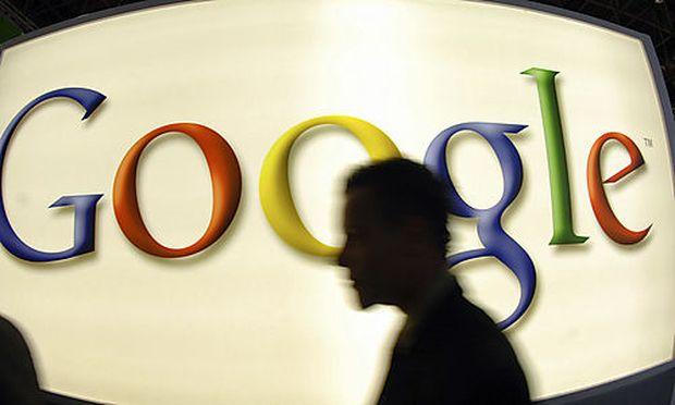 ARCHIV - Ein Besucher geht am 25. September 2007 an einem Stand des Internetkonzerns Google auf der M