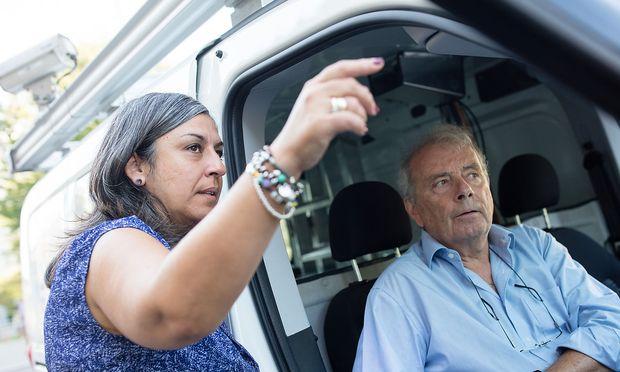 Verkehrsstadträtin Maria Vassilakou (Grüne) beim Vermessungsfahrzeug der Stadt Wien