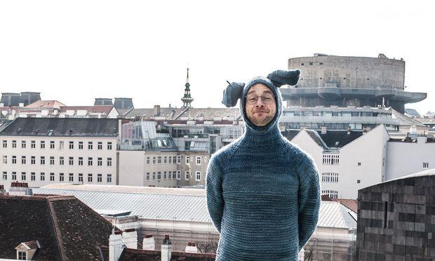 Künstler und Kunstblogger Lorenz Seidler auf dem Dach des Naturhistorischen Museums Wien.