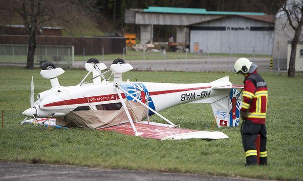 """Auch in der Schweiz tobte """"Burglind"""" und drehte etwa dieses Kleinflugzeug am Flugplatz Buochs um."""