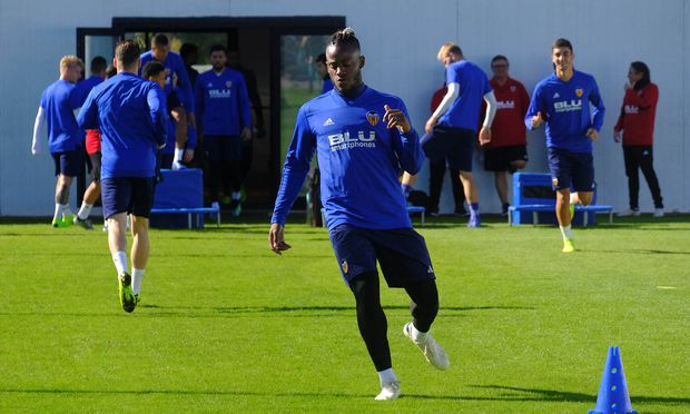 Michy Batshuayi steht bei Chelsea unter Vertrag. Er wurde aber bereits an Dortmund, Valencia und jetzt Crystal Palace verliehen.