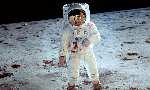"""Zweiter Mann und erste Uhr auf dem Mond. Buzz Aldrin mit der Omega """"Speedmaster Professional"""" am rechten Handgelenk."""