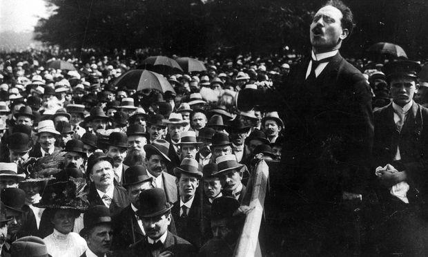 Karl Liebknecht 1911 bei einer Rede.