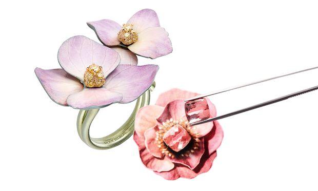 """Blumenschmuck. Ewiges Leben möchte Boucheron den in der """"Nature Triomphante"""" verarbeiteten echten Blüten schenken."""