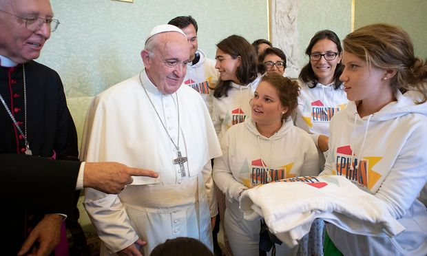 """Papst Franziskus empfing im Vatikan Jugendliche der französischen Gruppe """"Ephata"""" aus Grenoble."""