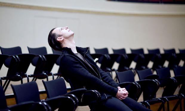 """""""Wir hören immer im Kontext unserer Zeit"""", sagt Musikwissenschaftler Rainer J. Schwob. Zu Mozarts Zeit schockierten Dissonanzen die Zuhörer. Heute pilgern viele zu Konzerten des Dirigenten Teodor Currentzis (links), der Mozarts Musik völlig neu interpretiert."""