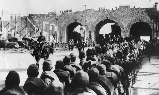 Einzug der japanischen Eroberer in Nanjing am 13. Dezember 1937. Es folgte ein mehrwöchiges Massaker.