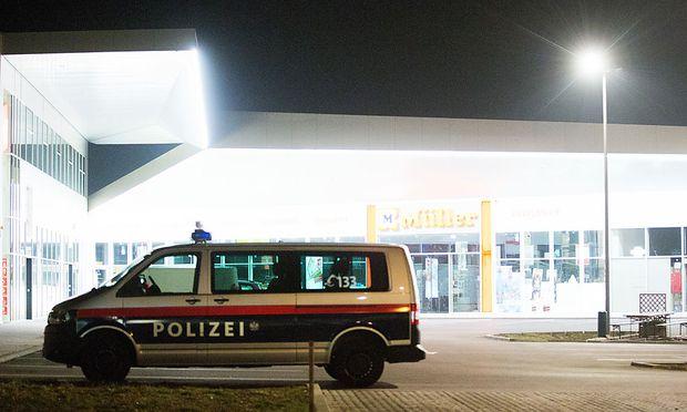 Vor einem Einkaufszentrum in Wien-Floridsdorf wurde der Verdächtige am Montag angeschossen