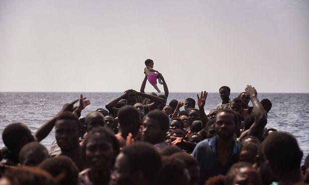 Migrantenboot im Mittelmeer (Archivbild)