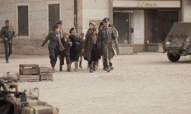 Szene aus dem Film: von Bonin führt die Gefangenen in die Dorfmitte.