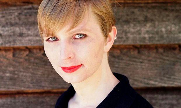 Chelsea Manning mit Kurzhaarschnitt und rotem Lippenstift.
