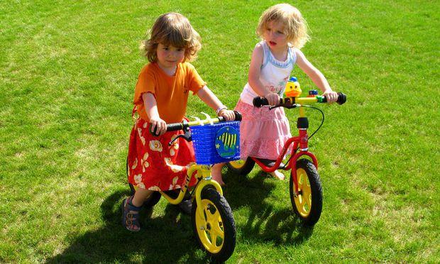 2 Maedchen auf Fahrraedern