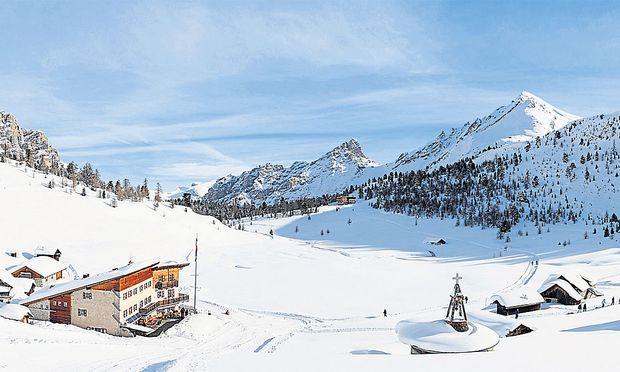 Wie eine Schüssel liegt das Almgebiet von Klein-Fanes und Groß-Fanes inmitten der Dolomiten. Links: die Lavarella-Hütte, ganz im Hintergrund das Rifugio Fanes. Unterm Schnee liegt der Gebirgssee Le Vert.