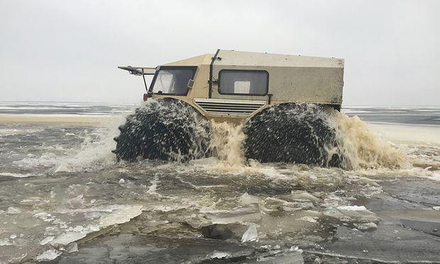 Auch Wasser ist kein Problem für den Amphibien-Offroader ATV Sherp.