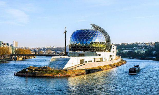 """Der japanische Architekt Shigeru Ban errichtete den Gebäudekomplex """"Seine musicale"""" auf der Ile Séguin im Stadtteil Boulogne-Billancourt."""