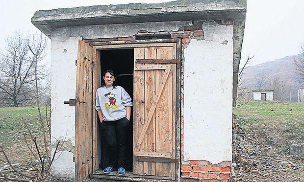 Fühlt sich hier sicherer als zu Hause: Die 24-jährige Ira vor dem Eingang zu ihrem Quartier im Schutzkeller. Den Unterschlupf teilt sie sich mit anderen Alleinerzieherinnen.
