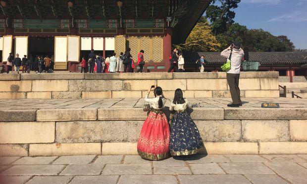 Falsche Prinzessinnen in der Palastanlage Changdeokgung.