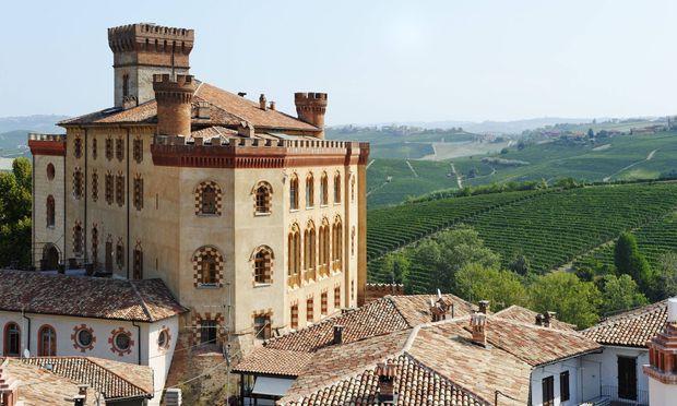 Hügel, Reben, Hügel, Reben: Das Castello di Barolo liegt auf dem Genusskurs durch Piemont.