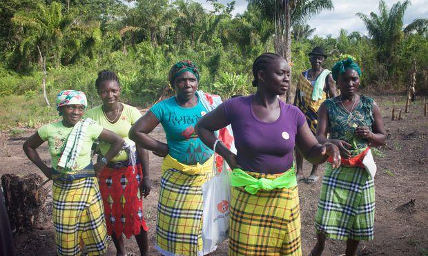 Je weiter man dem Suriname flussaufwärts folgt, desto abgeschiedener die Bevölkerung. Die Maroons leben weit im wenig zugänglichen Landesinneren.