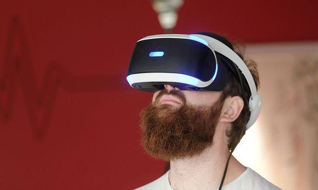 Ausstellung im Heinz Nixdorf MuseumsForum Paderborn HNF Besucher mit einer virtuellen Brille Fot