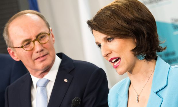 Auf Gegensatzpaare setzen die meisten Parteien Österreichs diesmal bei den EU- Wahlen – die ÖVP z. B. auf Othmar Karas und Karoline Edtstadler.