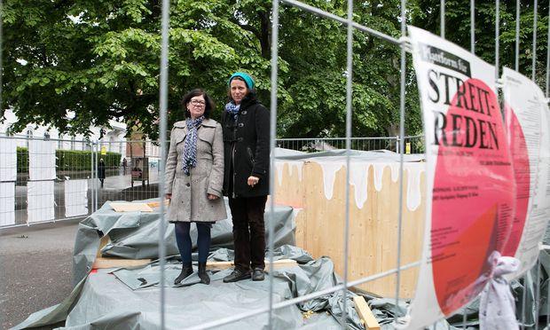 Barbara Holub (links) und Christine Hohenbüchler auf der Redeplattform vor der TU Wien, die inzwischen schon enthüllt wurde.