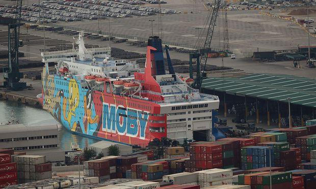 Eines der für die Polizeikräfte vorgesehenen Fährschiffe im Hafen von Barcelona