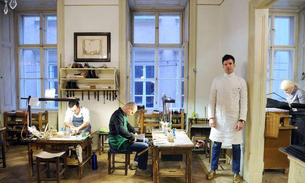 Markus Scheer, umgeben von seinen Mitarbeitern.