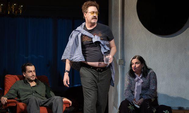 Eine etwas langatmig inszenierte Farce im Burgtheater: Fabian Krüger als Clive,  Nicholas Ofczarek als Neville und Maria Happel als Phyllis.