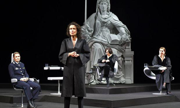 Extremer Fall vor Gericht (v. l.): Pauline Knof, Martina Stilp-Scheifinger, Julia Stemberger und Susa Meyer.