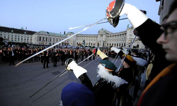 Burschenschafter im Rahmen des 'Totengedenken' am Dienstag, 8. Mai 2012, auf dem Heldenplatz in Wien.