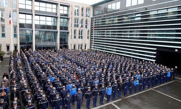 Angetreten zu Ehren Bertrames vor dem Hauptquartier der Gendarmerie nationale in Issy-les-Moulineaux nahe Paris