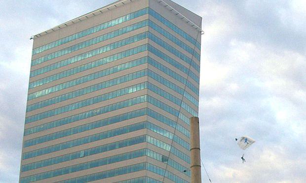 Basejumper sprangen vom Linzer Terminal-Tower.