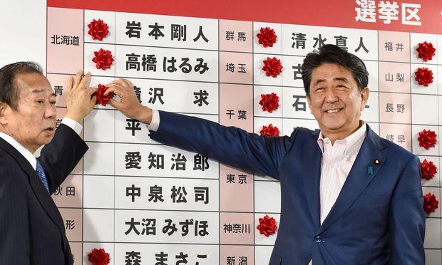 Der Japanische Ministerpräsident Shinzo Abe zeigte sich erfreut über die Wahlhochrechnung