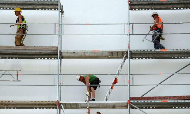 Arbeiter bauen Geruest ab