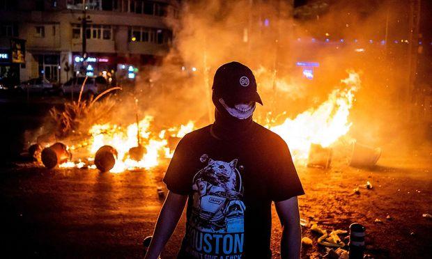 Ein Demonstrant vor dem Hauptquartier der Regierung in Bukarest