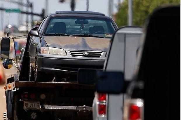 Der Wagen, in dem die Bluttat geschah, wird abgeschleppt