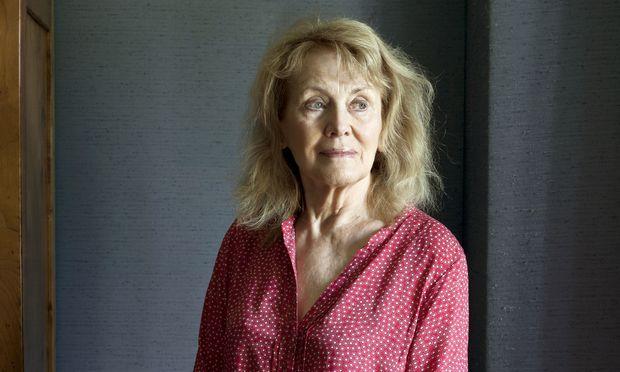 """""""In den Neunzigerjahren habe ich mich offen mit einem Mann gezeigt, der 28 Jahre jünger war als ich. Selbst in den aufgeschlossensten Künstlerkreisen wurde ich schief angesehen"""": Autorin Annie Ernaux, Meisterin des literarischen Rückblicks."""