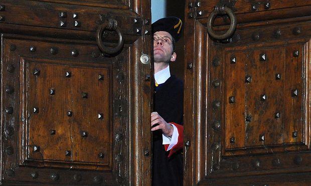 Ein Schweizergardist schließt die Türen der Residenz in Castel Gandolfo