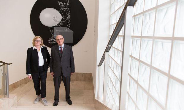 Kunstmanagerin Barbara Grötschnig und VIG-Aufsichtsratschef Günter Geyer im Ringturm, wo die Kunstsammlung gezeigt wird.