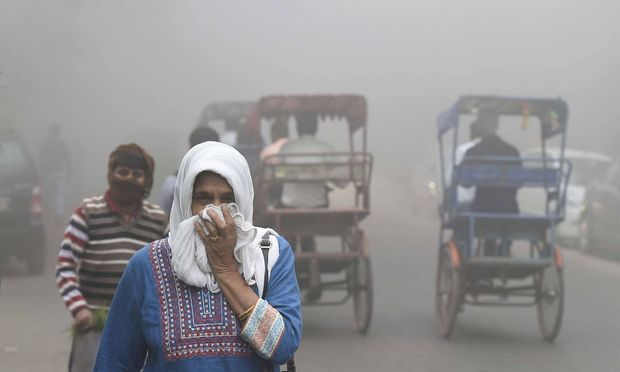 Smog in Indien NEW DELHI INDIA NOVEMBER 8 People facing problem due to smog and low visibility i