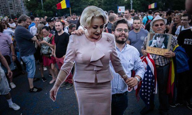 Archivbild von einer Demonstration gegen die Regierungspartei PSD. Vasilica Dancila (im Bild als Pappfigur) wird oft nur als Marionette des verurteilten Parteichefs Dragnea gesehen.