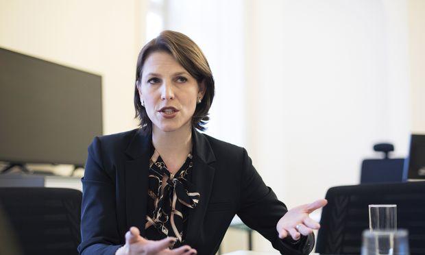 Staatssekretärin Karoline Edtstadler (ÖVP) hält nichts von Großquartieren für Flüchtlinge am Stadtrand.