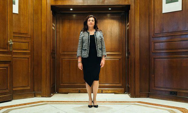 Vorurteilen sei sie eher in Großbritannien begegnet als in ihrer Heimat Bahrain, sagt die Diplomatin Houda Nonoo – hier im Wiener Hotel Intercontinental.