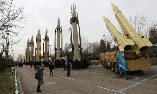 Eine Ausstellung etwas älterer Raketen für Irans Bürger. Teherans Arsenal ist unter anderem gegen Israel gerichtet. Das Regime unterstützt auch die Hisbollah.
