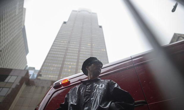 Bei schlechtem Wetter stürzte ein Hubschrauber in New York auf einen Wolkenkratzer.