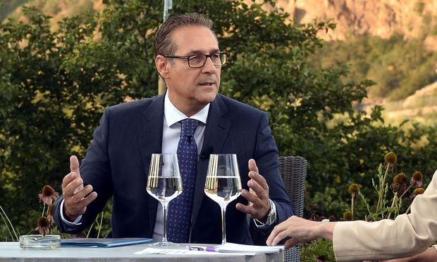 Heinz-Christian Strache bekam im ORF-Sommergespräch einen Aschenbecher.