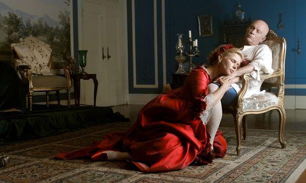 Elisa von der Recke (Veronica Ferres) bringt immerhin den alternden Casanova (John Malkovich) auf weniger verdrießliche Gedanken.