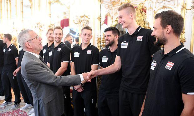 Bundespräsident Alexander van der Bellen verabschiedet das Team